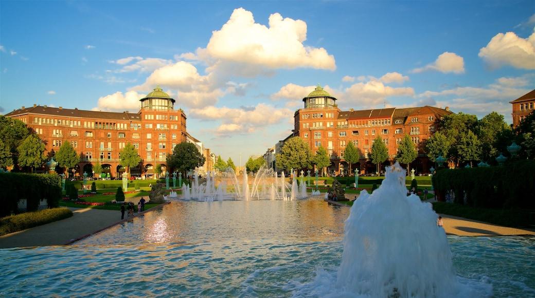 Friedrichsplatz montrant coucher de soleil, fontaine et jardin