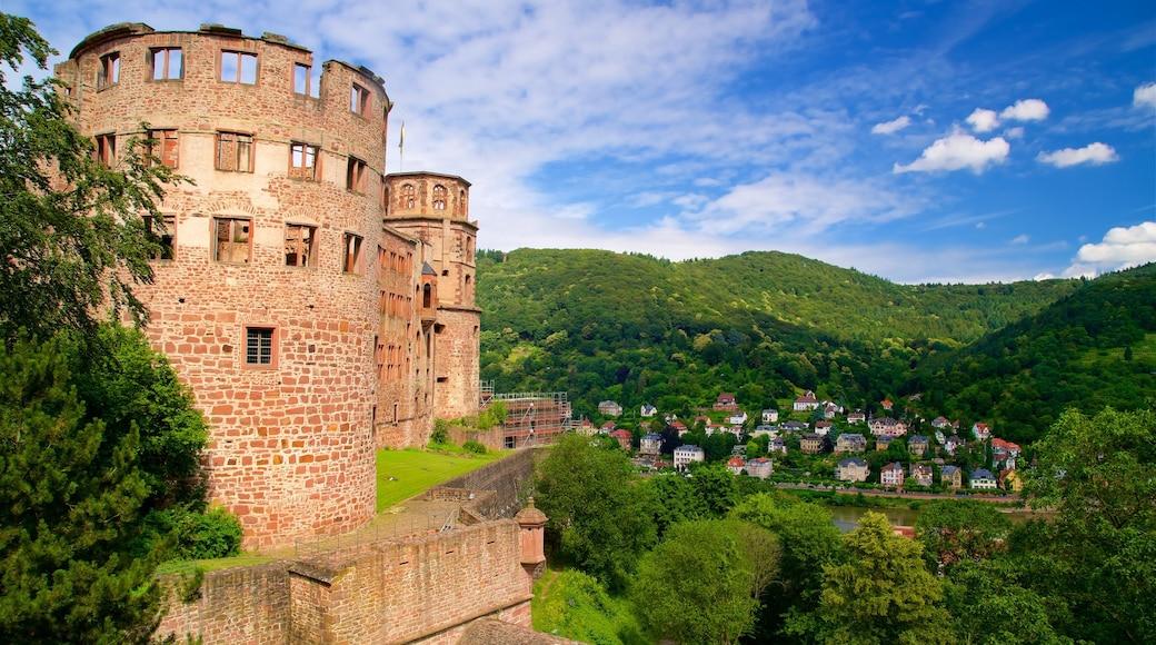 Heidelberger Schloss das einen ruhige Szenerie, Kleinstadt oder Dorf und historische Architektur