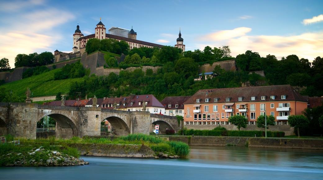 Marienberg-fästningen som visar en liten stad eller by, en å eller flod och en bro