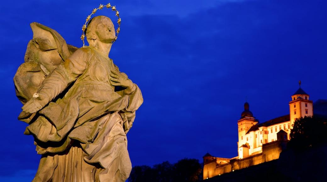 Alte Mainbruecke presenterar nattliv och en staty eller skulptur