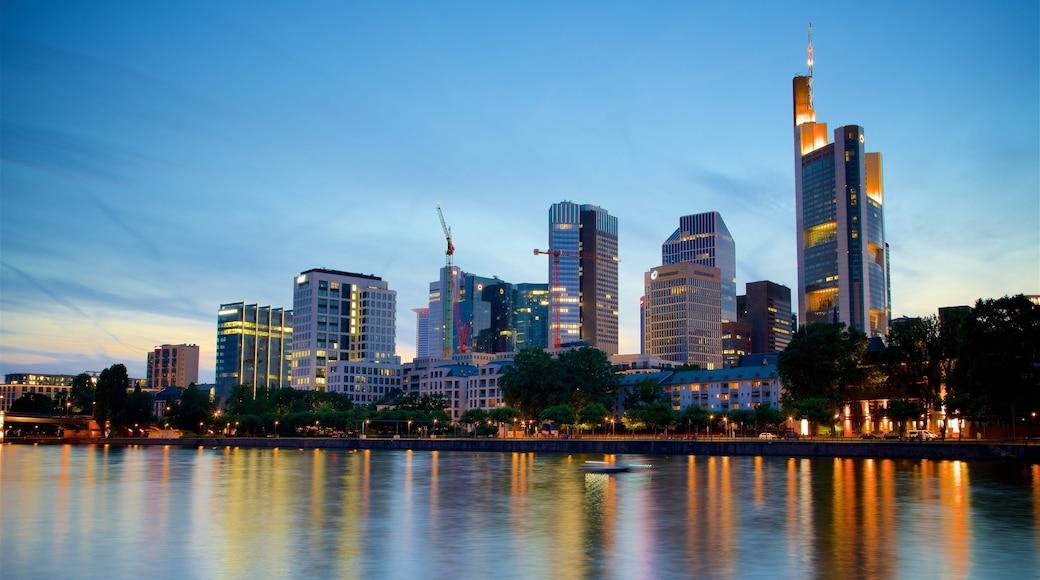 Frankfurt som omfatter en by, en skyskraber og en flod eller et vandløb