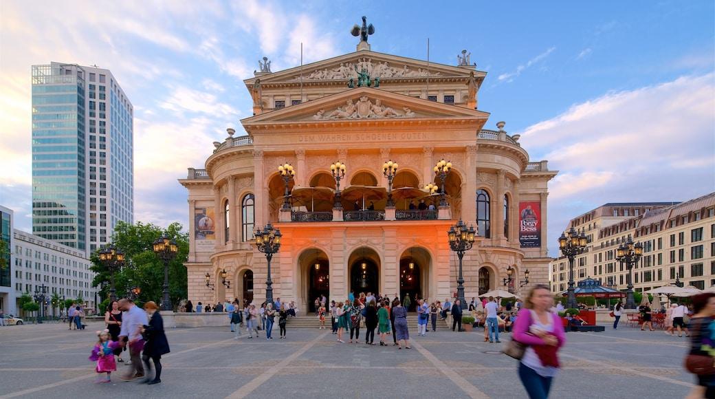 Alte Oper og byder på en høj bygning, historiske bygningsværker og en plads eller et torv