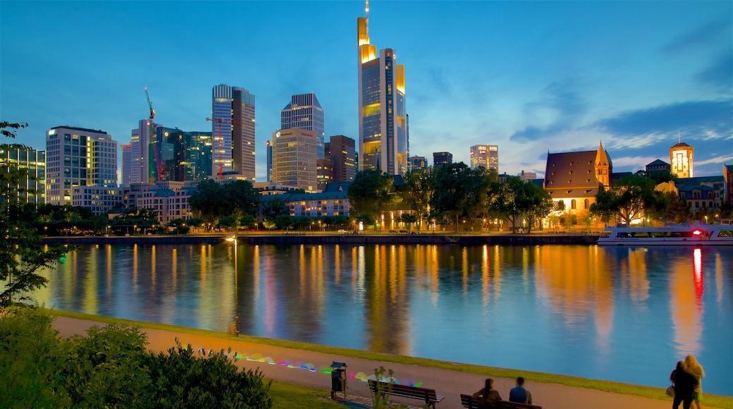 Frankfurt mit einem Stadt, Wolkenkratzer und bei Nacht