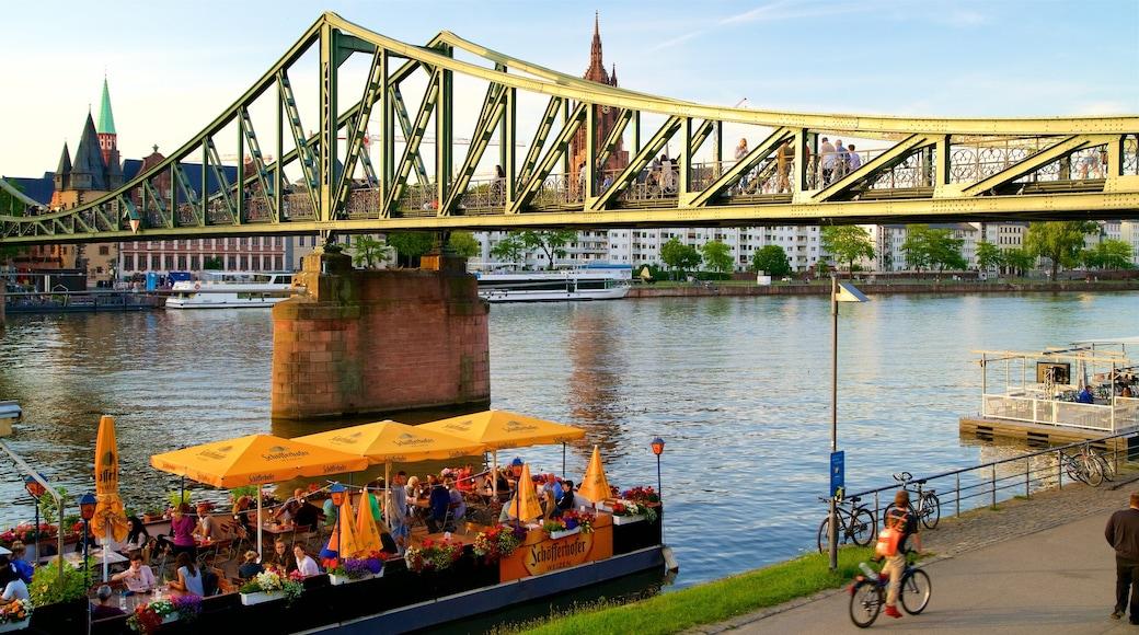 Francfort-sur-le-Main mettant en vedette rivière ou ruisseau, pont et sortie au restaurant
