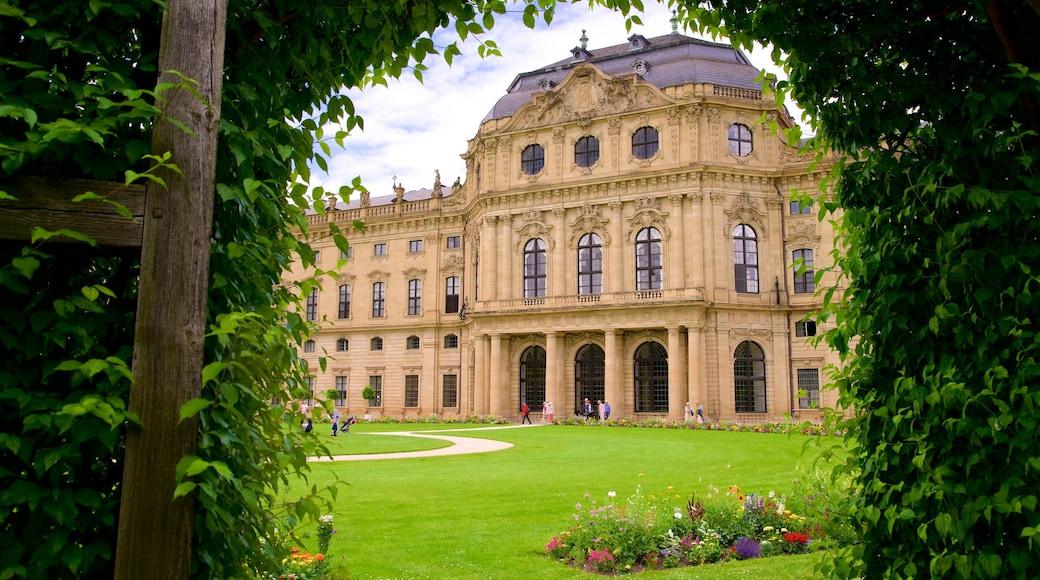 Würzburger Residenz das einen Garten, Blumen und historische Architektur