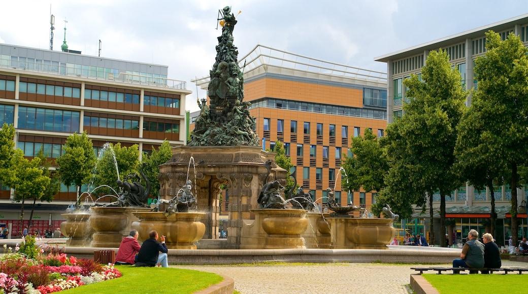 Mannheim montrant statue ou sculpture, fleurs et fontaine