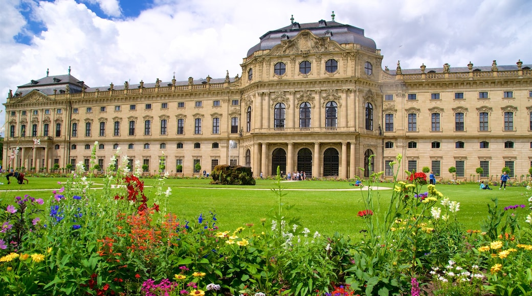 Würzburger Residenz das einen Garten, historische Architektur und Wildblumen