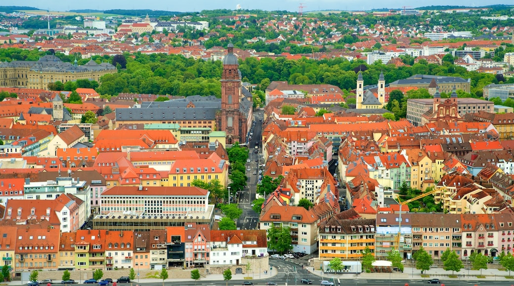 Marienberg-fästningen presenterar en stad, landskap och historiska element