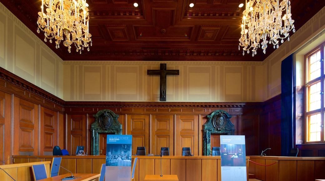 Paleis van justitie van Nuremberg toont interieur en een kerk of kathedraal