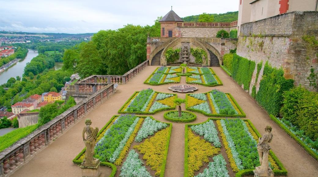 Marienberg-fästningen som visar historiska element och en trädgård