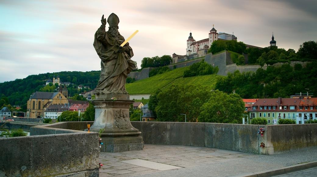 Alte Mainbruecke som inkluderar en staty eller skulptur och historisk arkitektur