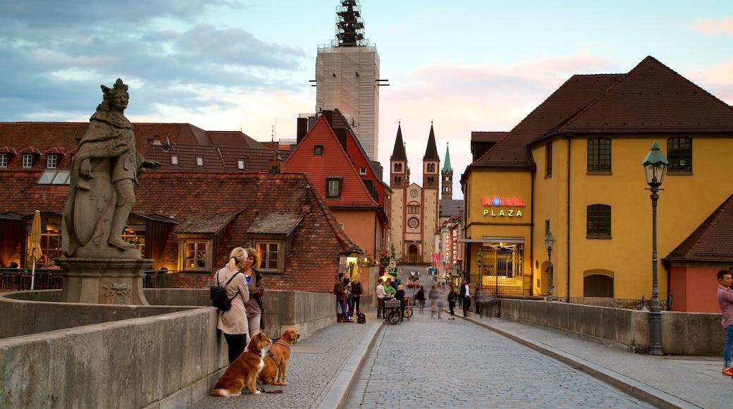 Alte Mainbruecke presenterar en solnedgång, en staty eller skulptur och historiska element