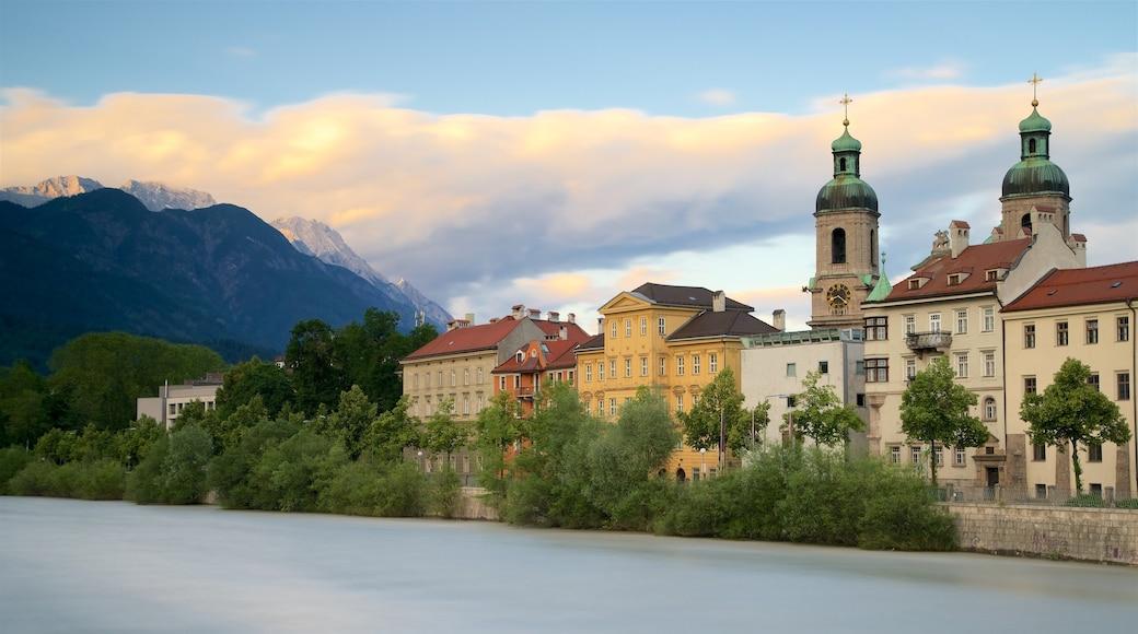 Dom zu St. Jakob mit einem Geschichtliches und Fluss oder Bach