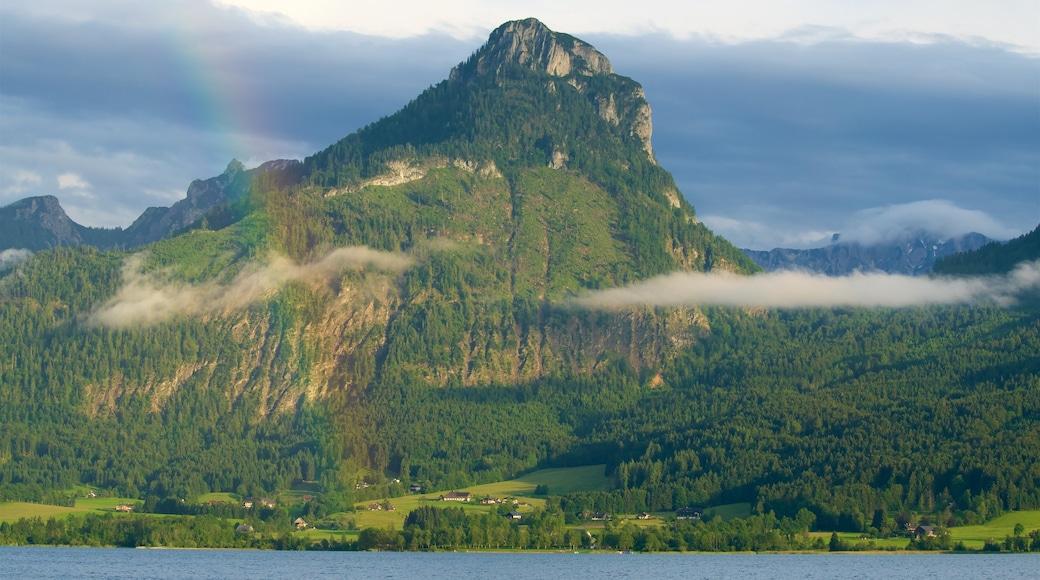 Sankt Wolfgang im Salzkammergut welches beinhaltet Berge, See oder Wasserstelle und ruhige Szenerie