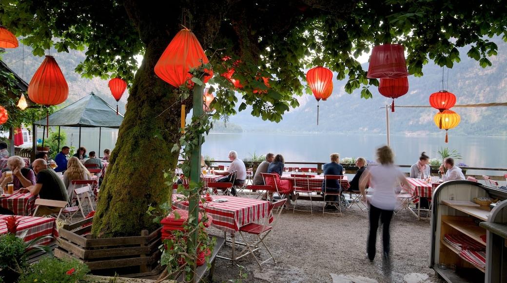 Oberösterreich mit einem See oder Wasserstelle und Essen im Freien sowie große Menschengruppe