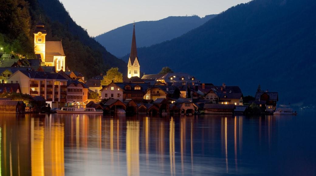 Oberösterreich das einen bei Nacht und See oder Wasserstelle
