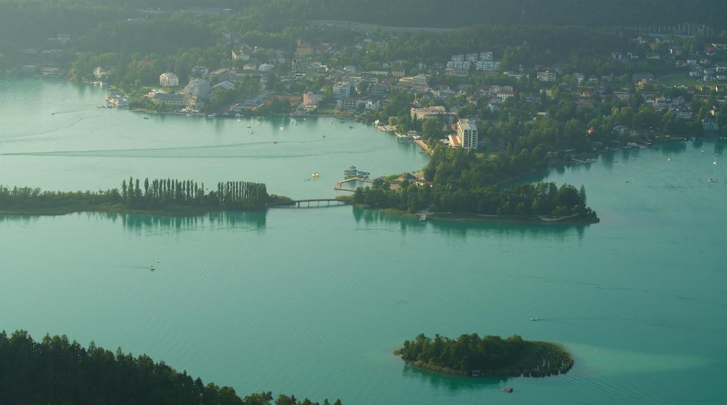 Keutschach am See mit einem Kleinstadt oder Dorf, See oder Wasserstelle und Inselansicht