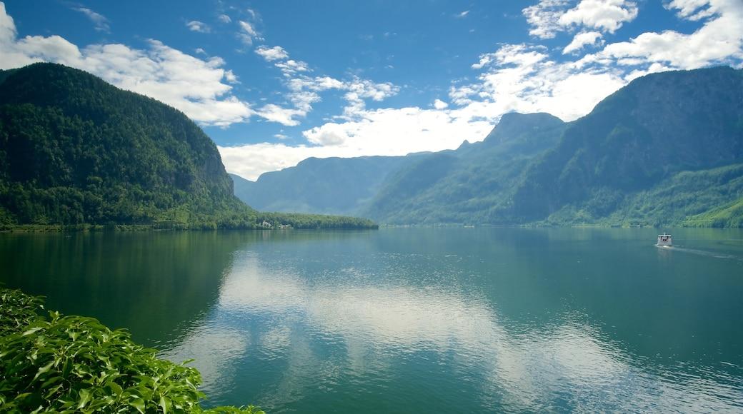 Hallstatt mit einem Berge, ruhige Szenerie und See oder Wasserstelle