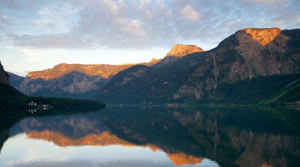 Hallstatt das einen Berge, See oder Wasserstelle und Sonnenuntergang