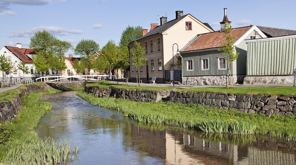 Söderköping presenterar en å eller flod och en liten stad eller by