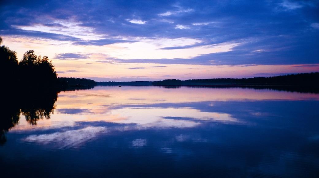 Umeå som inkluderar en solnedgång och en sjö eller ett vattenhål