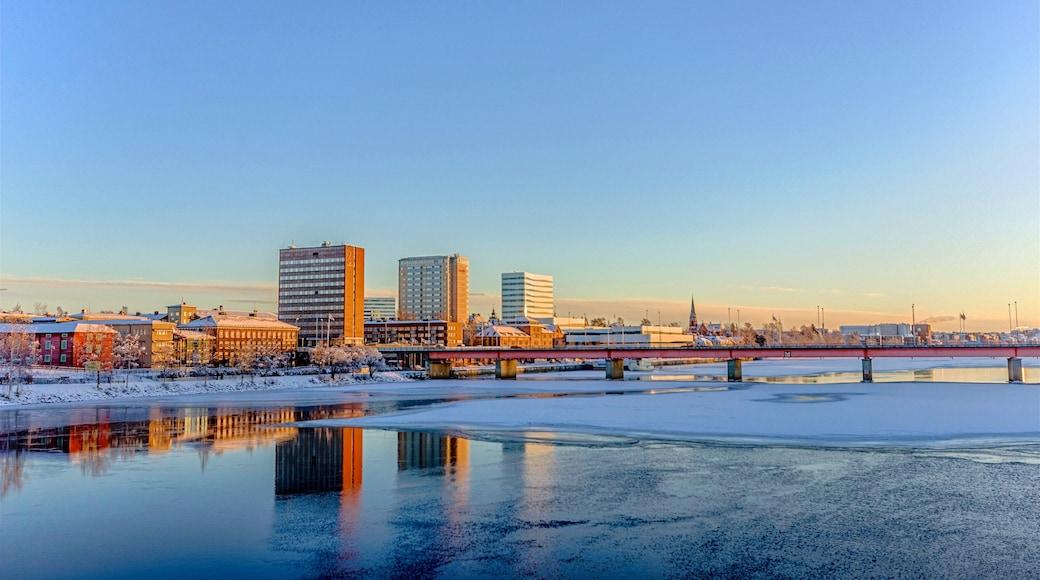 Umeå som inkluderar snö, en å eller flod och en stad