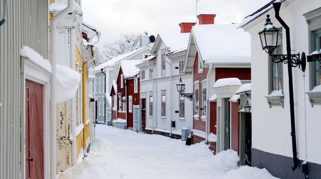 Gavle toont sneeuw, een klein stadje of dorpje en straten