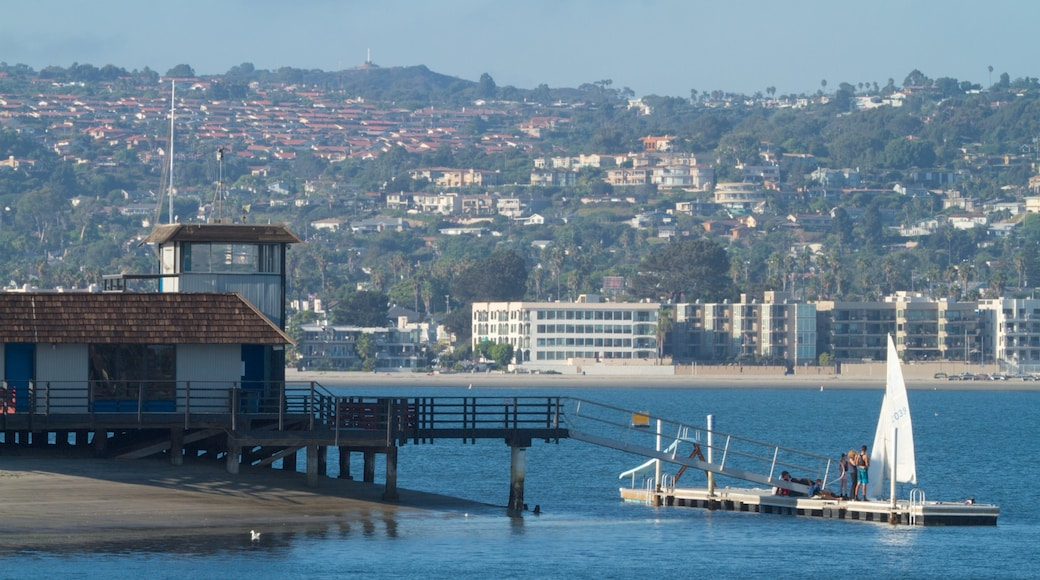 Mission Beach caracterizando linha do horizonte, vela e uma marina
