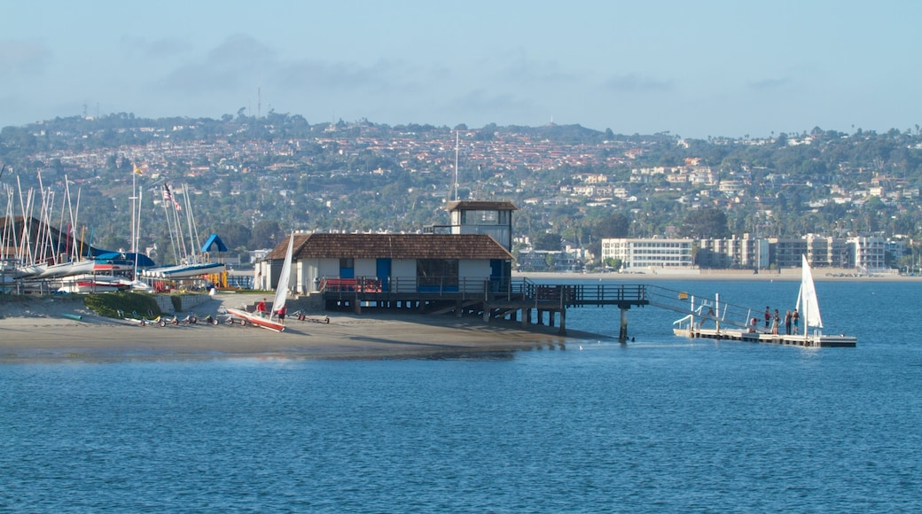 Mission Beach que inclui uma praia, paisagem e paisagens litorâneas