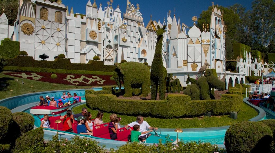 迪士尼樂園 其中包括 遊樂設施 和 水上樂園 以及 位小童