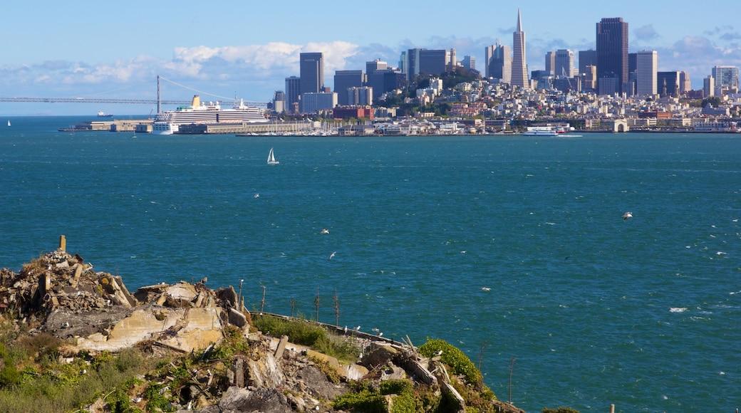 Alcatraz Island qui includes images d\'île, panoramas et gratte-ciel