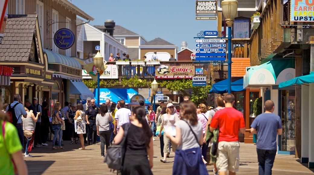 Pier 39 som viser skiltning, en by og gadeliv
