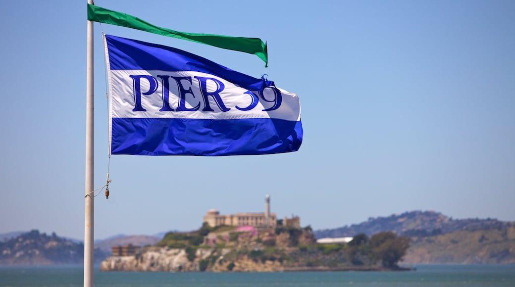Pier 39 som viser udsigt over landskaber og skiltning