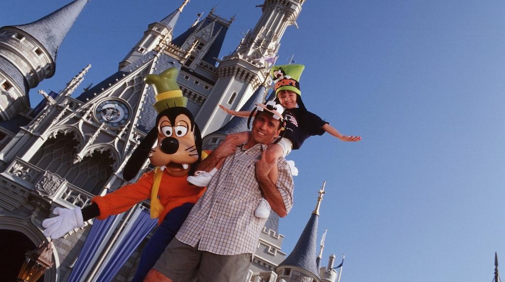 Parque temático Magic Kingdom® ofreciendo atracciones y también un grupo pequeño de personas