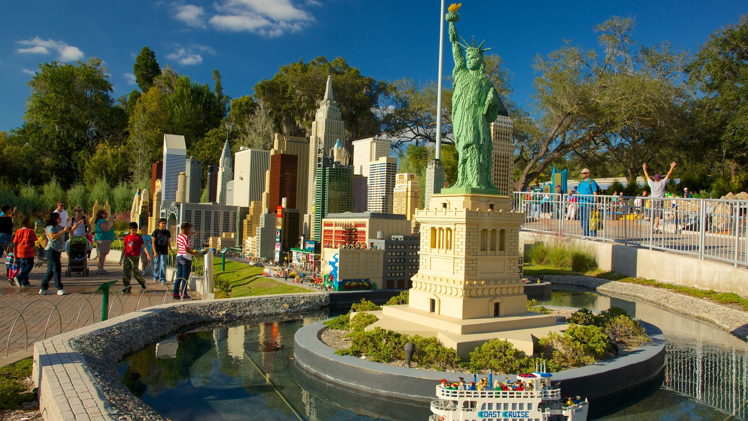 Legoland Florida showing a memorial, a statue or sculpture and a park