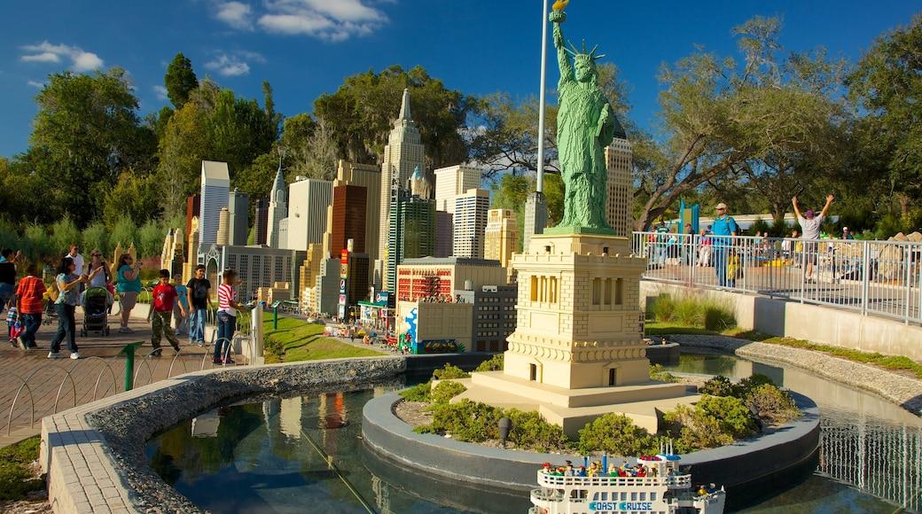 Legoland Florida caracterizando uma estátua ou escultura, um memorial e um parque
