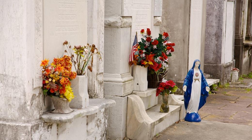 Lafayette Cemetery das einen Friedhof, Blumen und religiöse Elemente