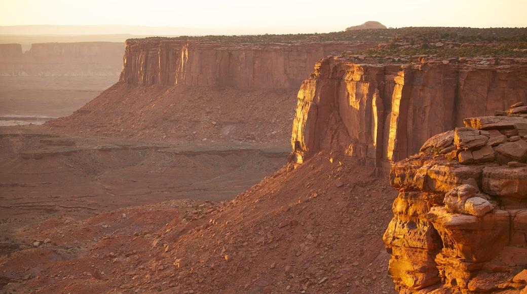 Utah toont vredige uitzichten, een zonsondergang en landschappen