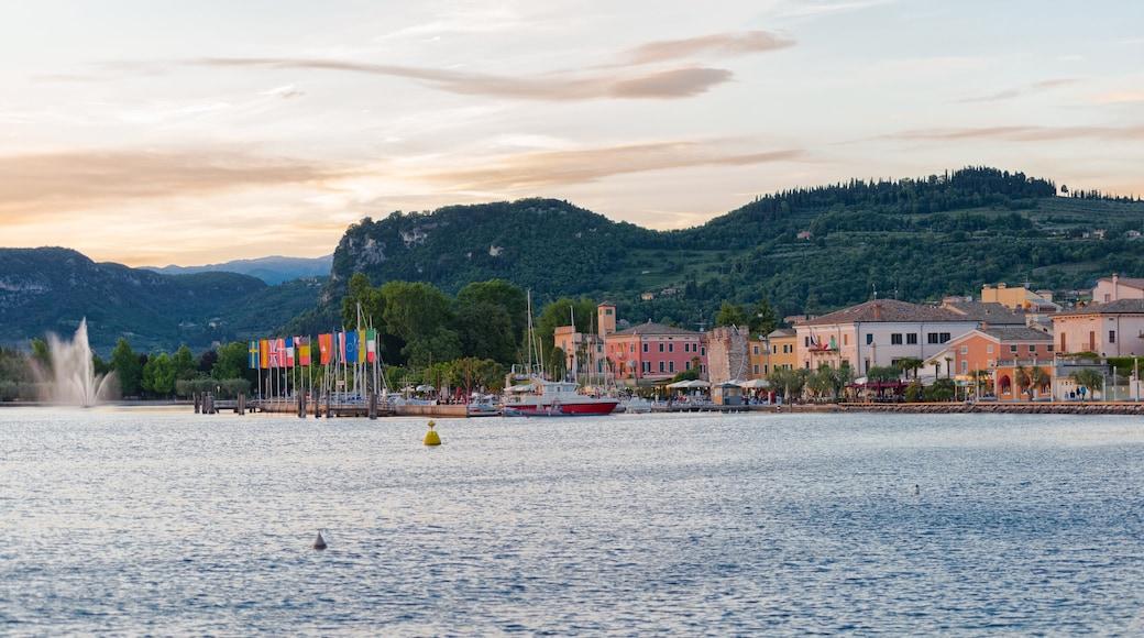 Bardolino das einen See oder Wasserstelle und Sonnenuntergang