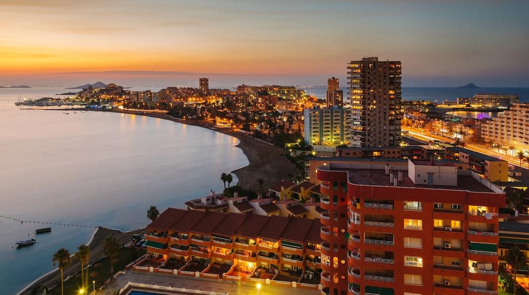 Murcia som visar en solnedgång, en kuststad och kustutsikter