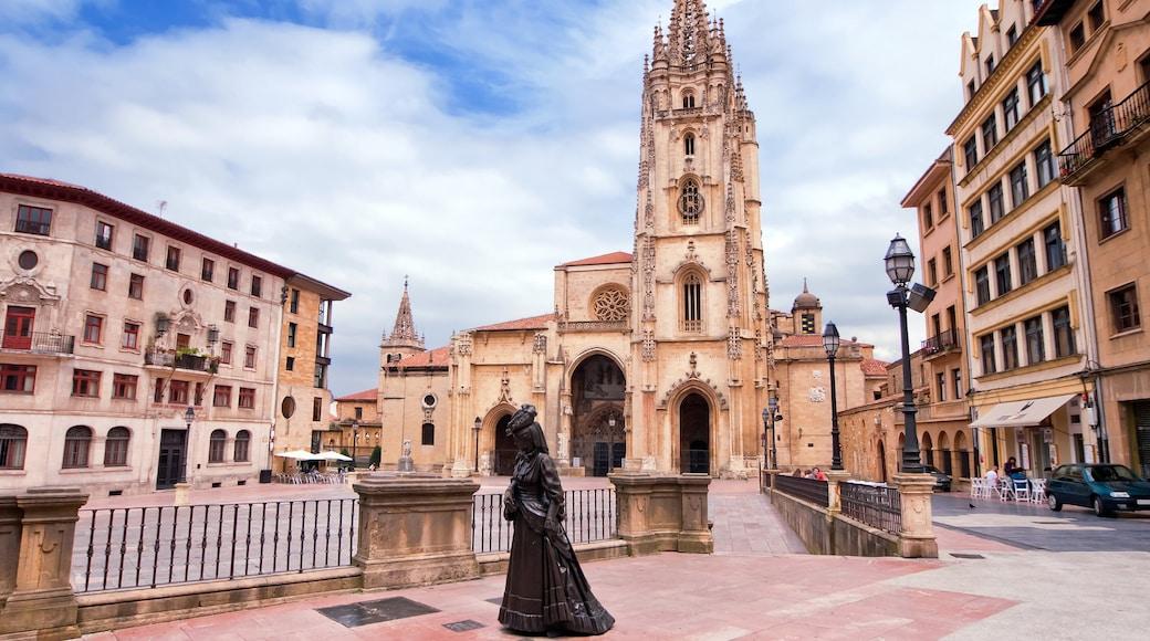 Oviedo que incluye una plaza, una iglesia o catedral y arquitectura patrimonial
