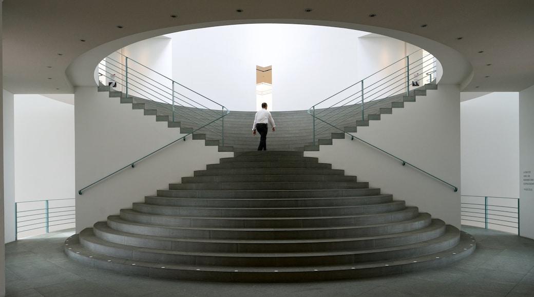 Bonn Kunstmuseum mit einem Innenansichten sowie einzelner Mann