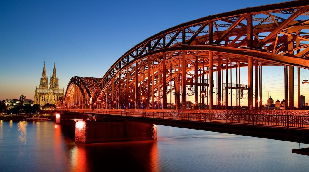Hohenzollernbrücke mit einem Sonnenuntergang, Fluss oder Bach und Brücke