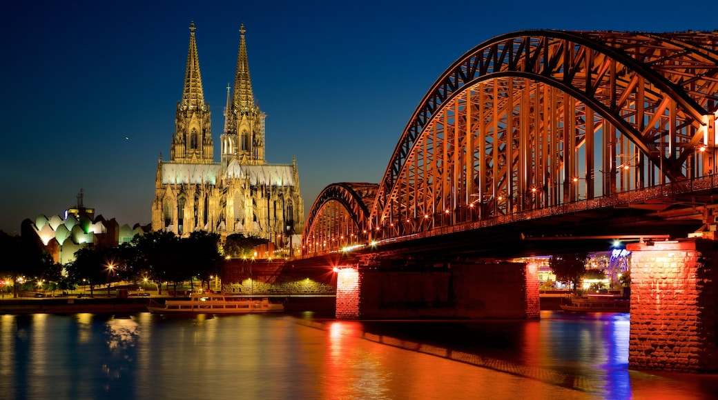 Ponte Hohenzollern caracterizando uma ponte, um rio ou córrego e uma igreja ou catedral
