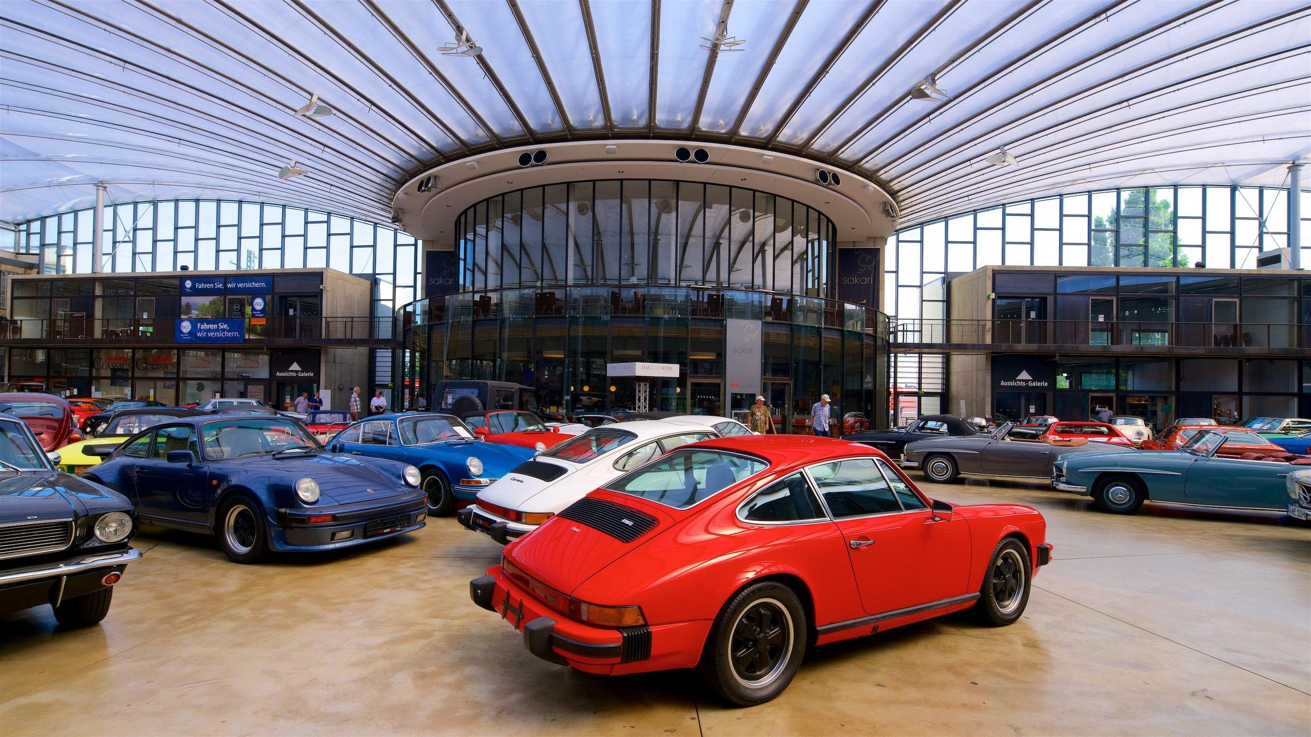 Les voitures anciennes les plus chics de la ville sont réunies dans cette rotonde exceptionnelle dotée de salles d'exposition et d'un « Biergarten » (une brasserie en plein air).