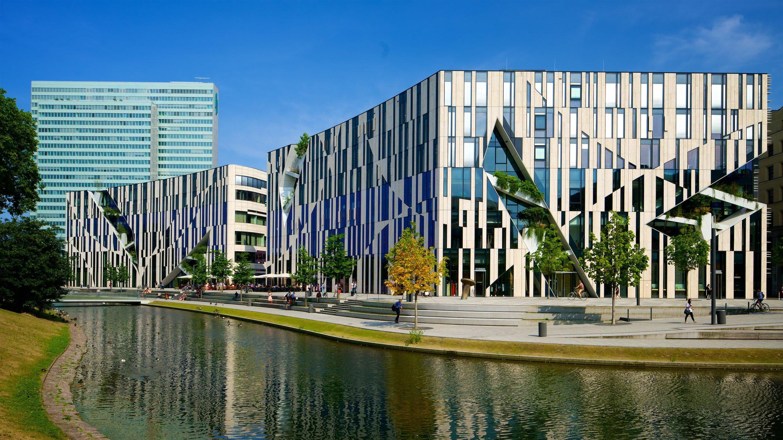 Sur l'une des avenues commerçantes les plus fréquentées d'Allemagne vous attendent des marques de luxe, un canal pittoresque et des ponts élégants.