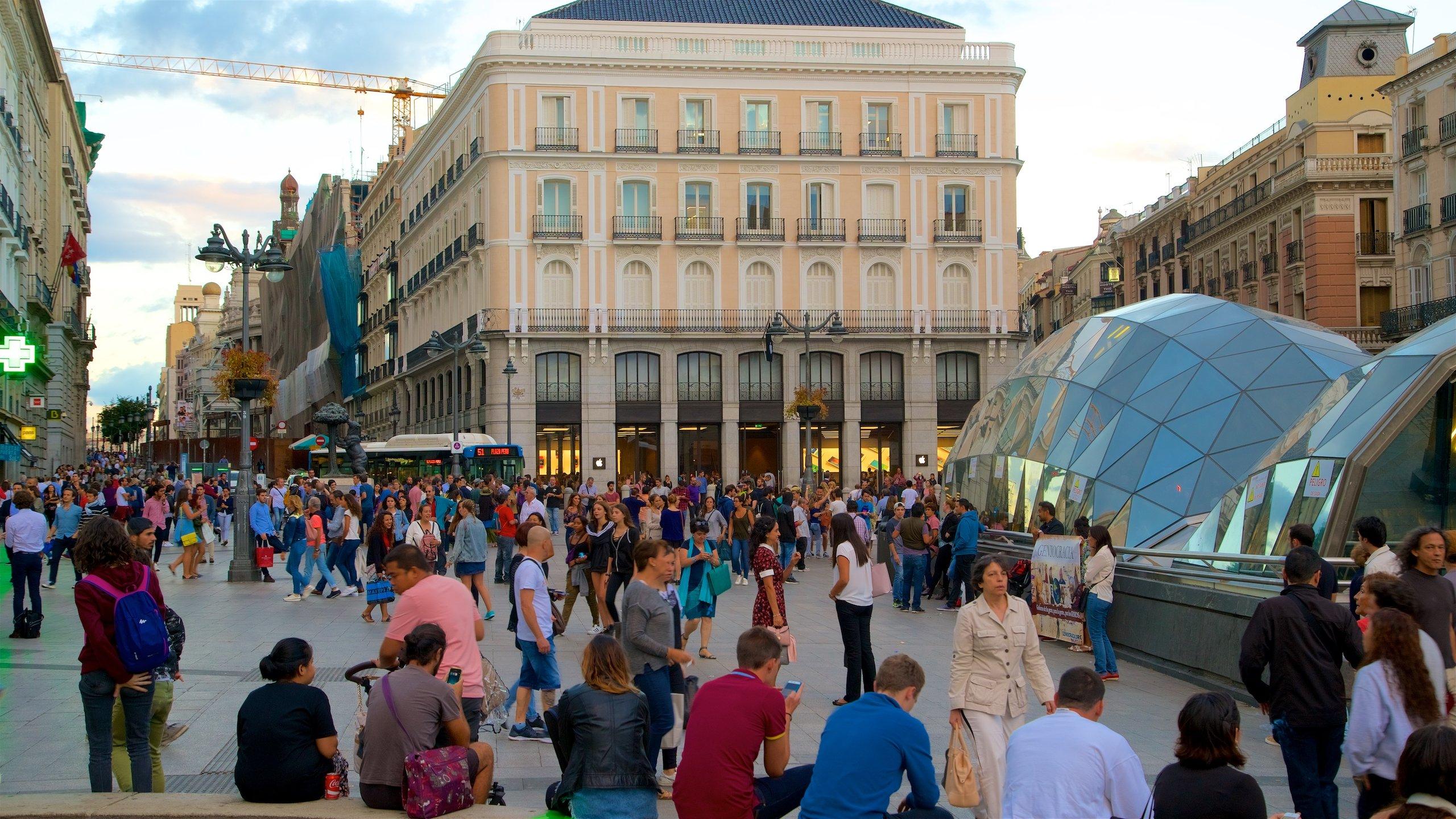 Visita el centro de Madrid y percibe la dinámica de la ciudad, mientras miles de personas se reúnen para salir a disfrutar de la noche, se encuentran para una protesta o dan comienzo a un tour de la ciudad.