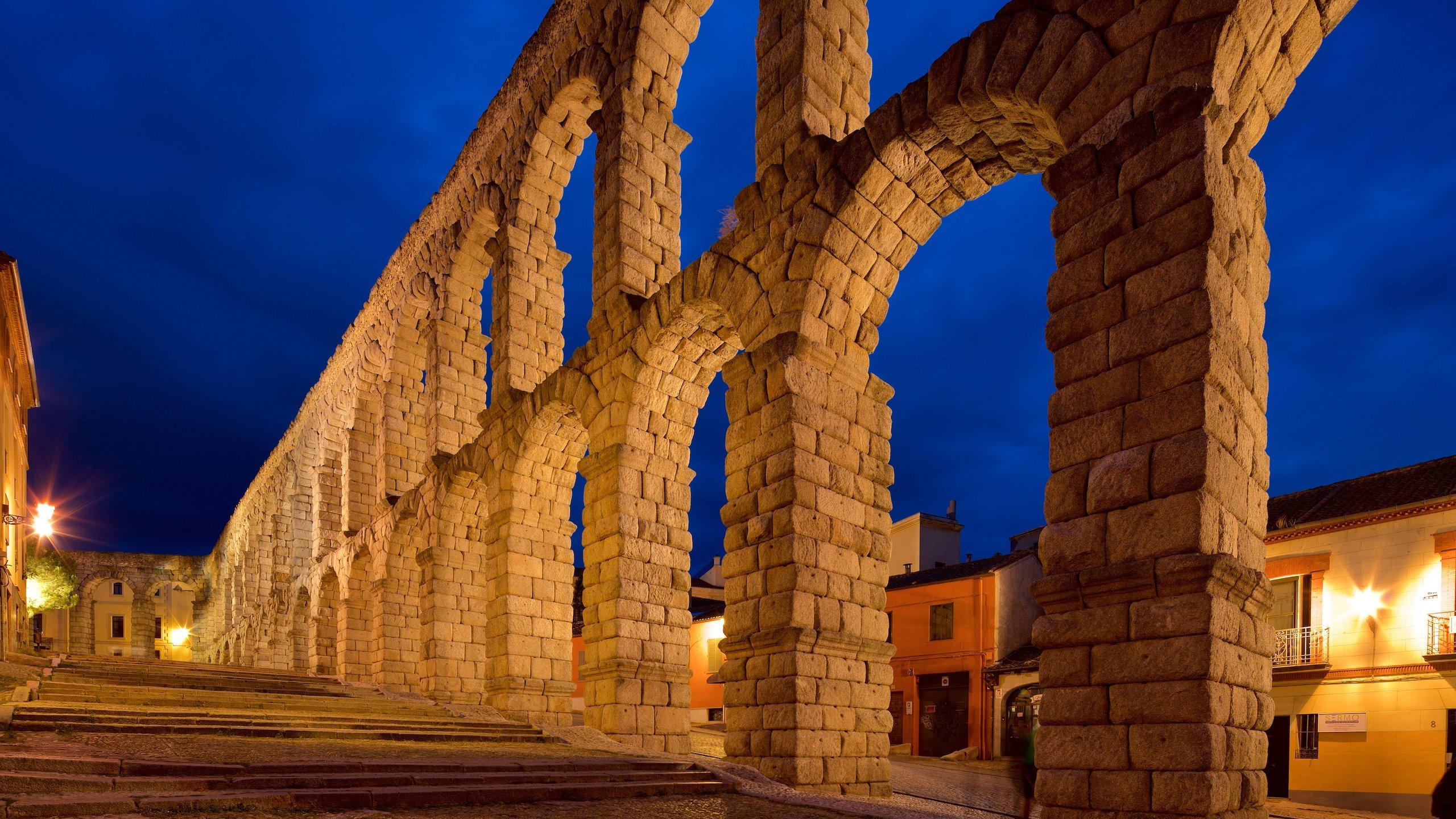 Lasciatevi ammaliare dall'eccezionale storia degli Antichi Romani mentre passeggiate per la mastodontica struttura che da 2000 anni domina dall'alto la Città Vecchia di Segovia.