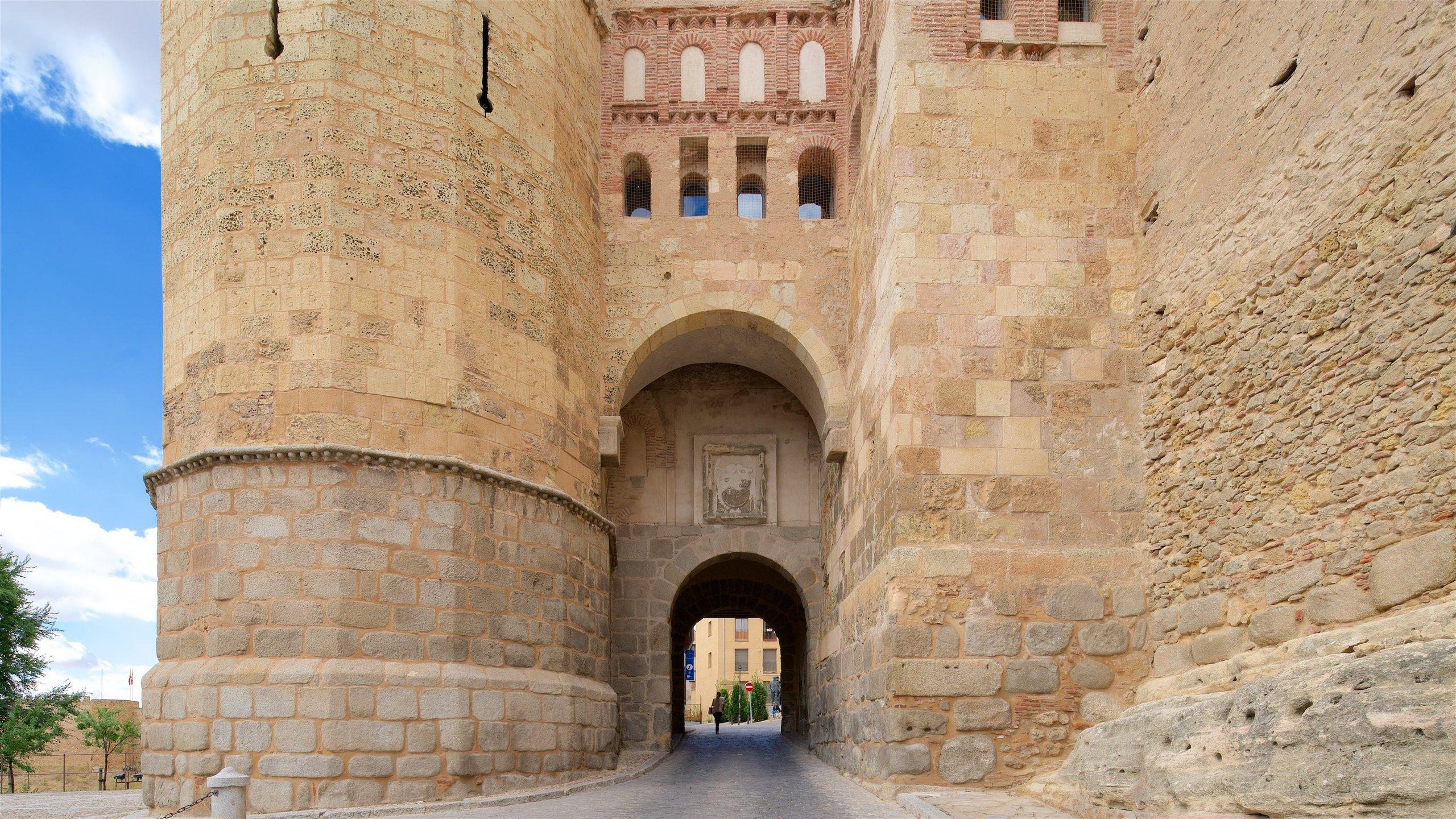 Vorresti conoscere la lunga storia di Segovia? Scoprila con una visita a Puerta de San Andrés, è davvero affascinante. Durante il tuo soggiorno in questa zona perfetta per passeggiare, ritagliati un po' di tempo per la sua stupenda cattedrale.