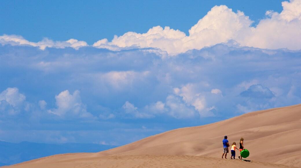 Parc national de Great Sand Dunes mettant en vedette vues du désert aussi bien que famille
